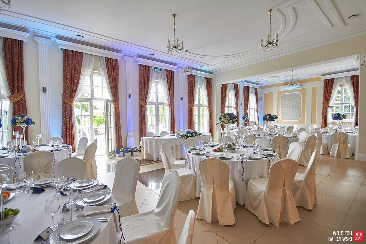 stoły okrągłe na sali weselnej