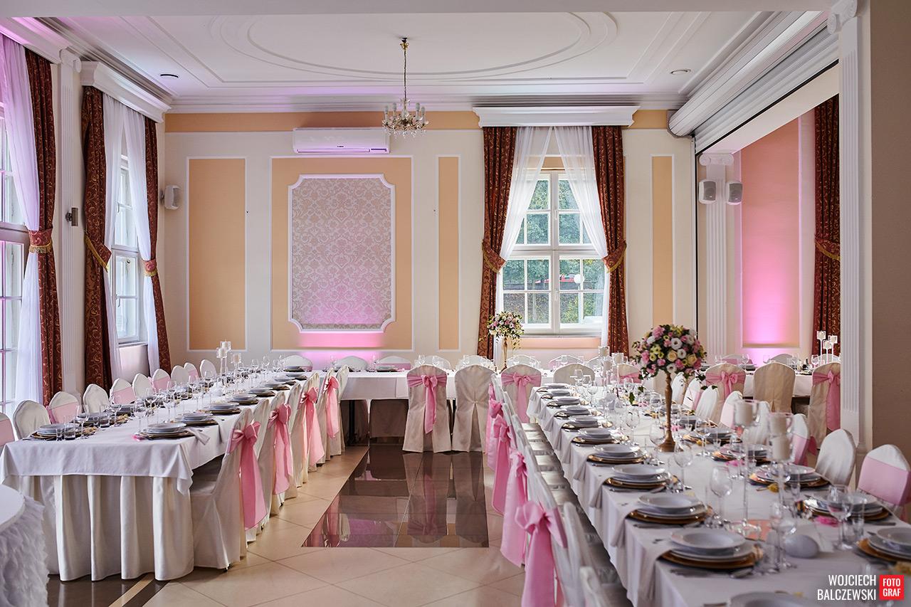 stoły podłużne na sali weselne